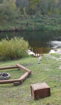 Widok miejsca wypoczynkowego - jezioro, wiata, miejsce na ognisko - aura jesienna